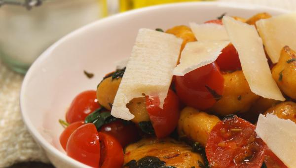 Kluseczki ze słodkich ziemniaków z pomidorkami, szałwią i parmezanem