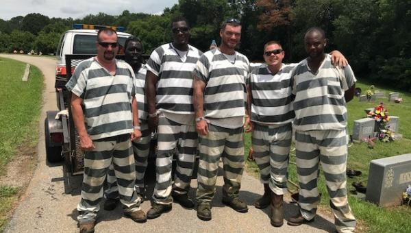 6 więźniów zauważyło, że pilnujący ich strażnik stracił przytomność. To co...