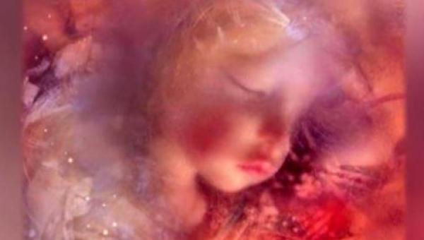 Przez 140 lat dziewczynka była zapomniana w swojej trumience zakopanej pod...