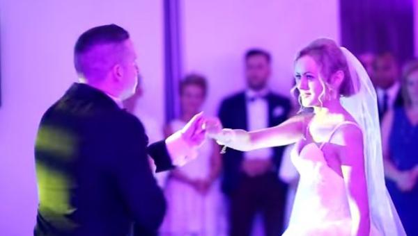 W trakcie wesela Pan Młody złapał za mikrofon i zaczął śpiewać po polsku......