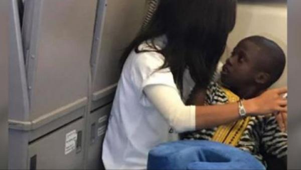 Chłopiec z autyzmem wpada w histerię w samolocie - wtedy obca kobieta robi...