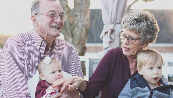 Naukowcy odkryli, że babcie które zajmują się wnukami mają mniejsze ryzyko...