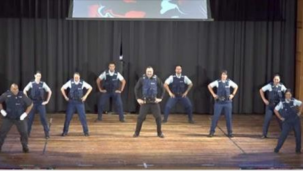 9 policjantów ustawia się na scenie. To, co dzieje się chwilę później, jest...