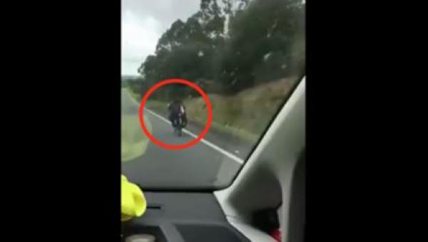 Kierowca i jego pasażer myśleli, że widzą motocyklistę, ale kiedy zbliżyli...