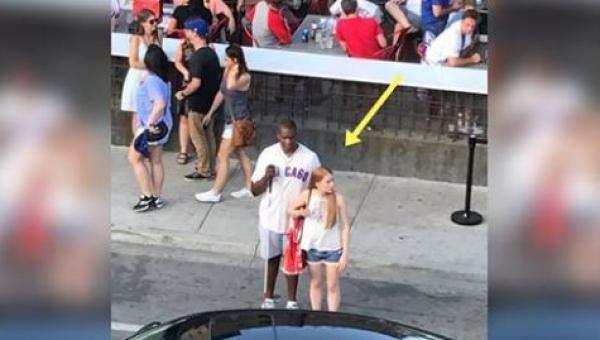 Niewidomy afroamerykanin próbował złapać taksówkę. Po chwili podeszła do...