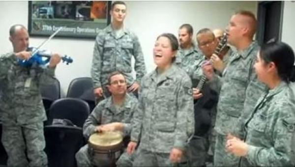 Jeśli lubicie Adele, wykonanie jej piosenek prosto z bazy wojskowej zachwyci...