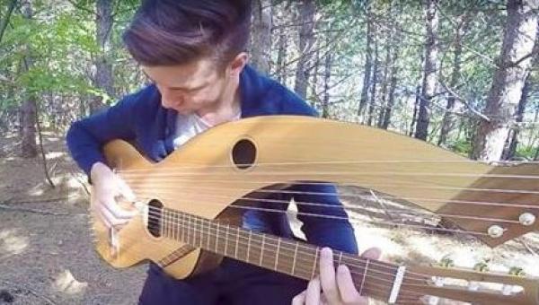 Niesamowita aranżacja klasycznej ballady, zagrana na dziwacznym instrumencie,...