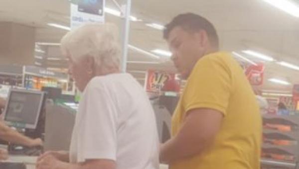 Zdjęcie mężczyzny, mówiącego coś do starszej pani w kolejce, podbiło serca...