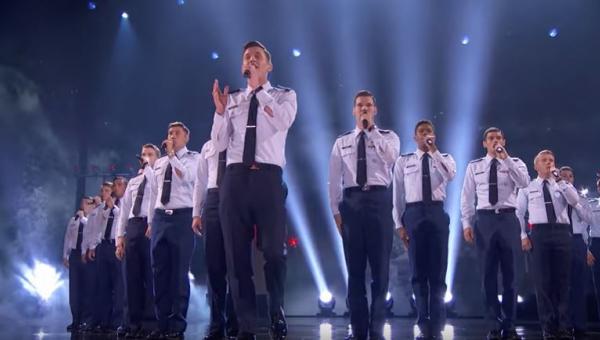 Męski chór i piosenka TEGO wokalisty to dziwne połączenie, ale efekt jest...