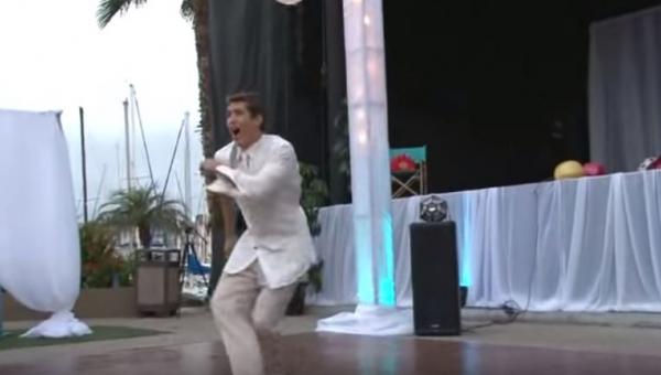 Pan młody zaczął tańczyć sam. Tłum gości już zachowywał się jakby był w...