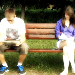 Chłopak przysiadł się do dziewczyny w parku. To co stało się potem jest przepięk