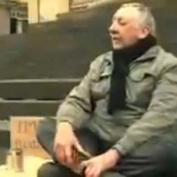 Prosił na ulicy o pieniądze, gdy podeszła do niego kobieta nie spodziewał się że