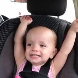 Tata puścił w samochodzie piosenkę Elvisa, wtedy ta dziewczynka zrobiła coś świe