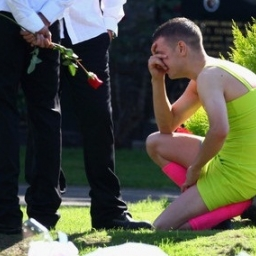 Przyszedł na pogrzeb w sukience, gdy zobaczysz dlaczego wzruszysz się do łez