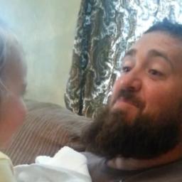 Córka zobaczyła tatę bez brody. Jej reakcja jest niesamowita