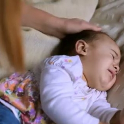 Córeczka nie chciała zasnąć więc mamusia coś czego byś się nie spodziewał