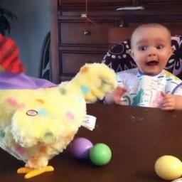 Dziecko zobaczyło że jego zabawka zachowuje się w dziwny sposób. Ta reakcja jest