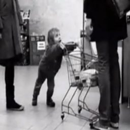Chłopczyk postanowił podokuczać innym kupującym, jednak to co zrobiła ta pani za