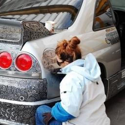 Wzięła czarny marker i zaczęła malować po samochodzie męża...