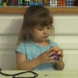 Tata postanowił nagrać jak jego trzyletnia córka układa kostkę Rubika. Niesamowi