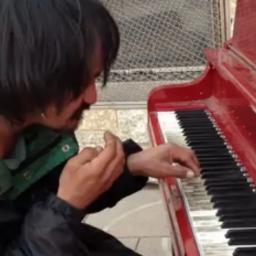 Zaczęła nagrywać bezdomnego grającego na pianinie. Nie spodziewała się tego co s