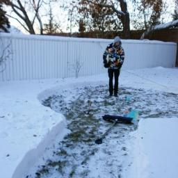 Zaczął budować coś w ogrodzie w zimie, efekt jest niesamowity!