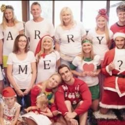 Postawnowili zrobić świąteczne zdjęcie, jednak on miał inny plan!