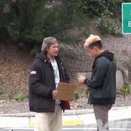 Bezdomny dostał $100, wtedy zrobił coś naprawdę niespodziewanego