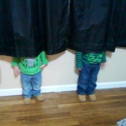 Dzieci które nie do końca wiedzą jak się bawić w chowanego. Nr 10 jest najzabawn