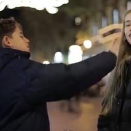 Poprosił chłopca by uderzył dziewczynkę. To co stało się potem porusza