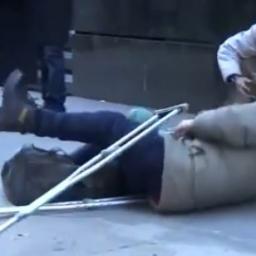 Przebrał się za bezdomnego i udawał że upada na ziemię. Nie zgadniesz kto zareag