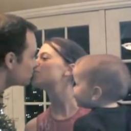 Reakcja tego chłopczyka na pocałunek rodziców jest taka słodka!