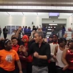 Nauczyciel postanowił zatańczyć z uczniami, ten film jest po prostu genialny!