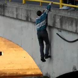 Facet zwisa z mostu, jednak gdy kamera pokazała co znajduje się na dole zamarłam