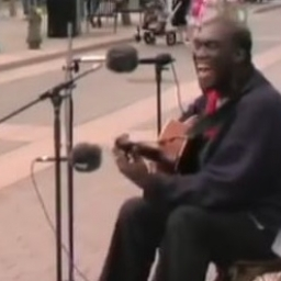 Uliczny muzyk zaczął grać bluesowy standard, jednak ta wersja zaskakuje
