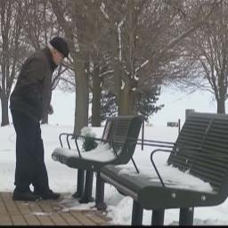 Zadedykował ławkę w parku pamięci żony, jednak to co robi tam codziennie jest wz