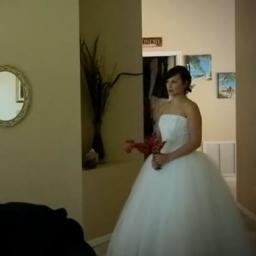 Na rocznicę ślubu założyła suknię ślubną, zobacz reakcję męża!