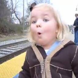 Zgadnij co tak zachwyciło małą dziewczynkę.