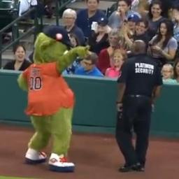 Orbit, maskotka drużyny z Houston, bardzo chciał być zabawny, jednak ochroniarz
