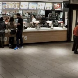 Do pracownicy McDonalda podeszło 6 facetów, gdy ona się odwróciła stało się coś