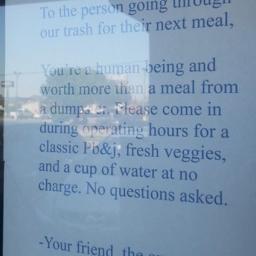 Właścicielka restauracji wywiesiła list do osoby która grzebała w śmieciach. Pię