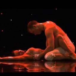 Tancerka leży na podłodze. Kiedy partner podnosi ją do góry, robi się naprawdę g