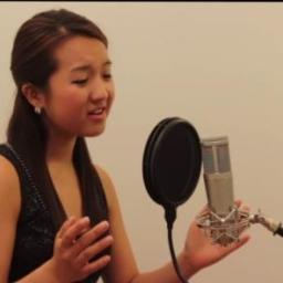 Zaczęła śpiewać piosenkę, którą w duecie wykonały Houston i Carey. Gdy zobaczyła