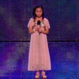 11 lat, różowa sukienka księżniczki i... głos należący do dorosłej kobiety! Ta m