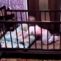 Malutki geniusz opracował sprytny plan ucieczki z łóżeczka. Na mnie zrobił wraże