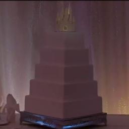 Tort weselny tej młodej pary nie miał żadych dekoracji, jednak po chwili wszyscy