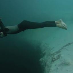 Zbliżył się do otchłani w morskiej jaskini i... skoczył. Przerażające nagranie!