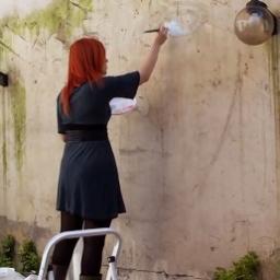 Zaczęła malować na ścianie budynku, a gdy skończyła byłam w szoku. I to nie koni