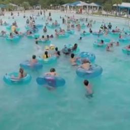 Obserwuj uważnie ludzi w basenie, dostrzegasz tonącą osobę?
