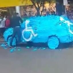 Kierowca bezprawnie zajął miejsce dla niepełnosprawnych, gdy wrócił do auta tłum